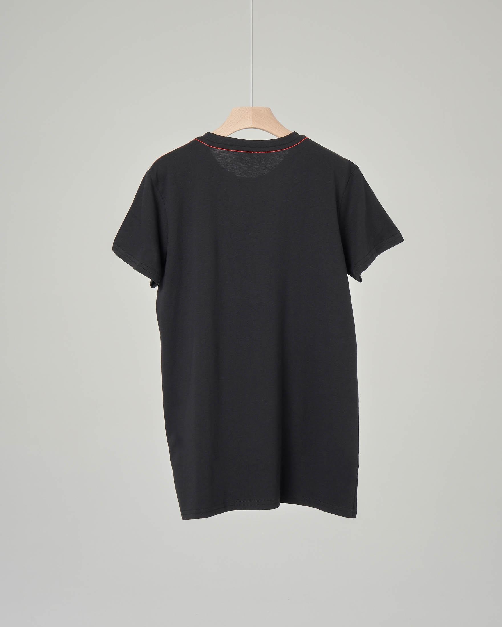 T-shirt nera con maxi-logo triangolo
