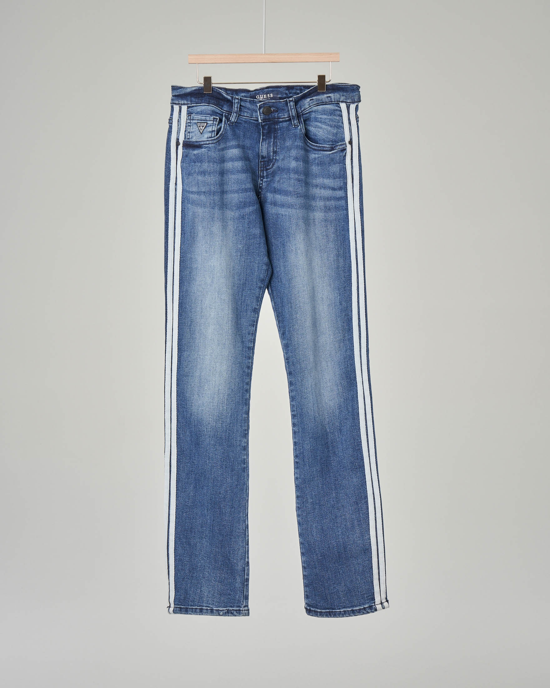 Jeans con sbiancature e bande bianche