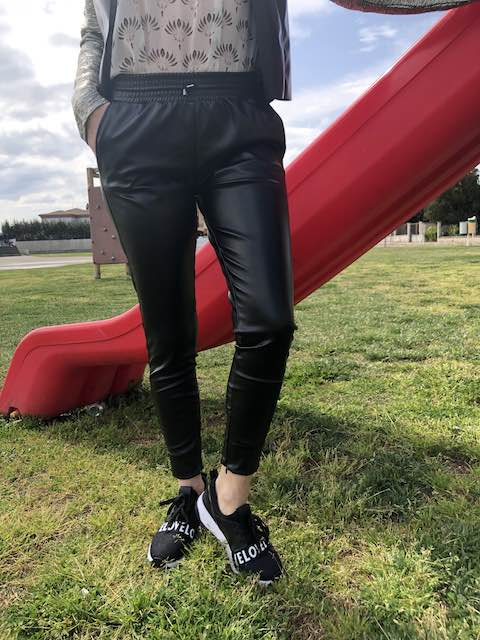 Pantalone sporty-chic ecopelle con coulisse in vita