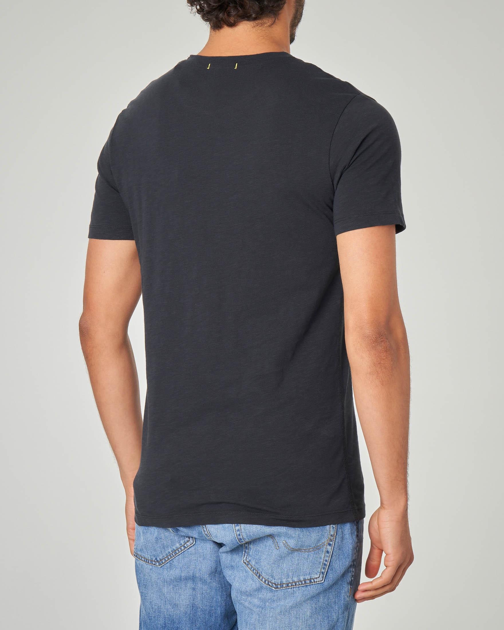 T-shirt nera con stampa e taschino